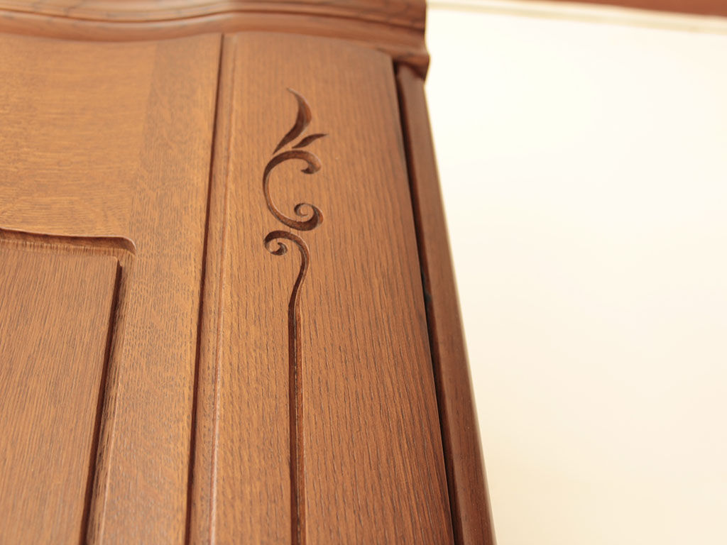 美しい飾り彫が施された洋服タンスの扉