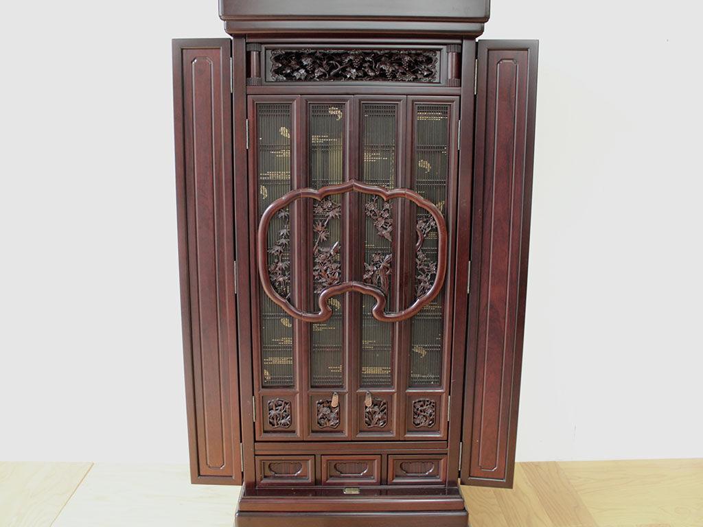 内部に繊細な飾り彫が施されたお仏壇