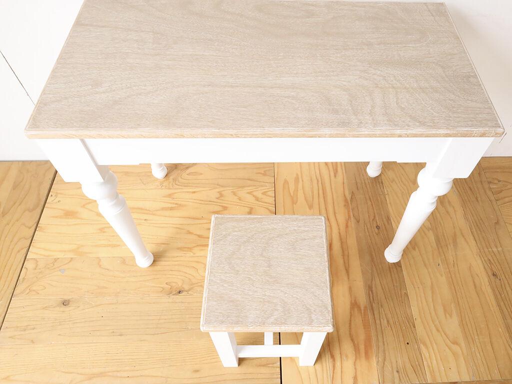 セットで並べても可愛いテーブルとスツール