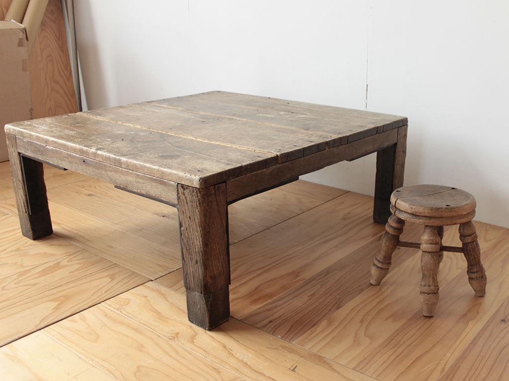 台風の浸水被害にあってしまったというローテーブルとスツール