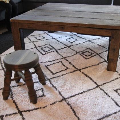 レストアしたテーブルとスツールをご新居のリビングに設置