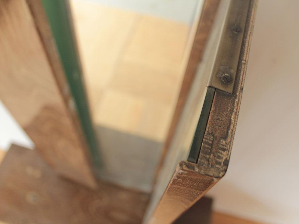 塗装が劣化し剥がれていた三面鏡