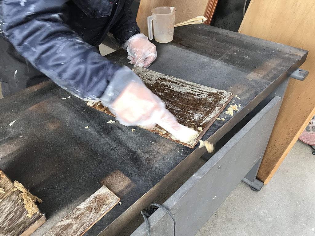 木材を傷めてしまわないよう気を遣いながら塗膜の除去