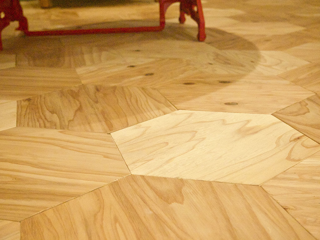 シモキタベース店内の床に使われているウッドタイルの『六角太偉留』
