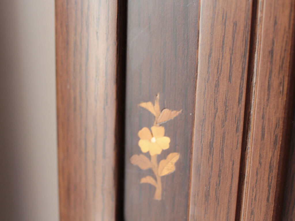 お花柄の素敵な象嵌細工が施されている婚礼タンスの扉