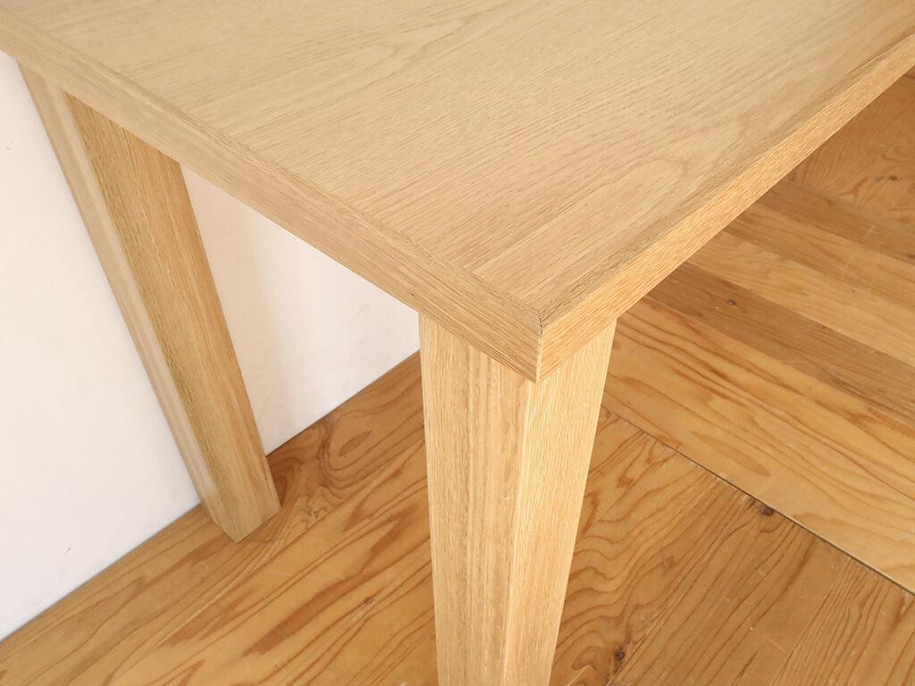 テーブルの強度を確保するために厚みのある天板、堅強な無垢オーク材の脚を採用