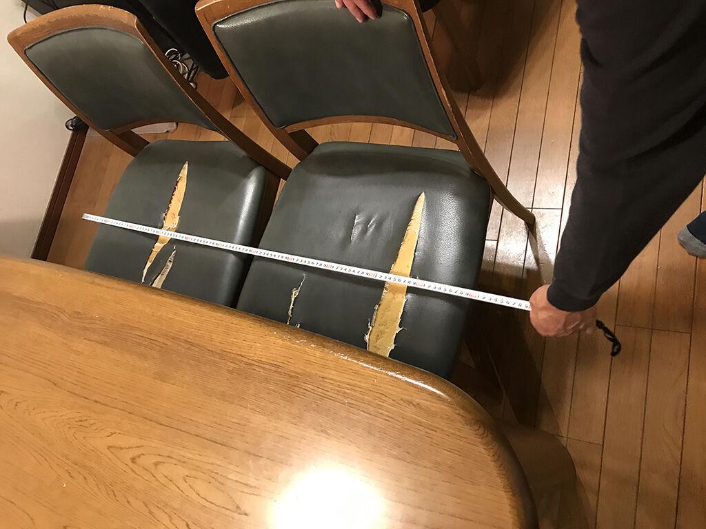 ダイニングテーブルの長辺に椅子2脚を置けるように採寸