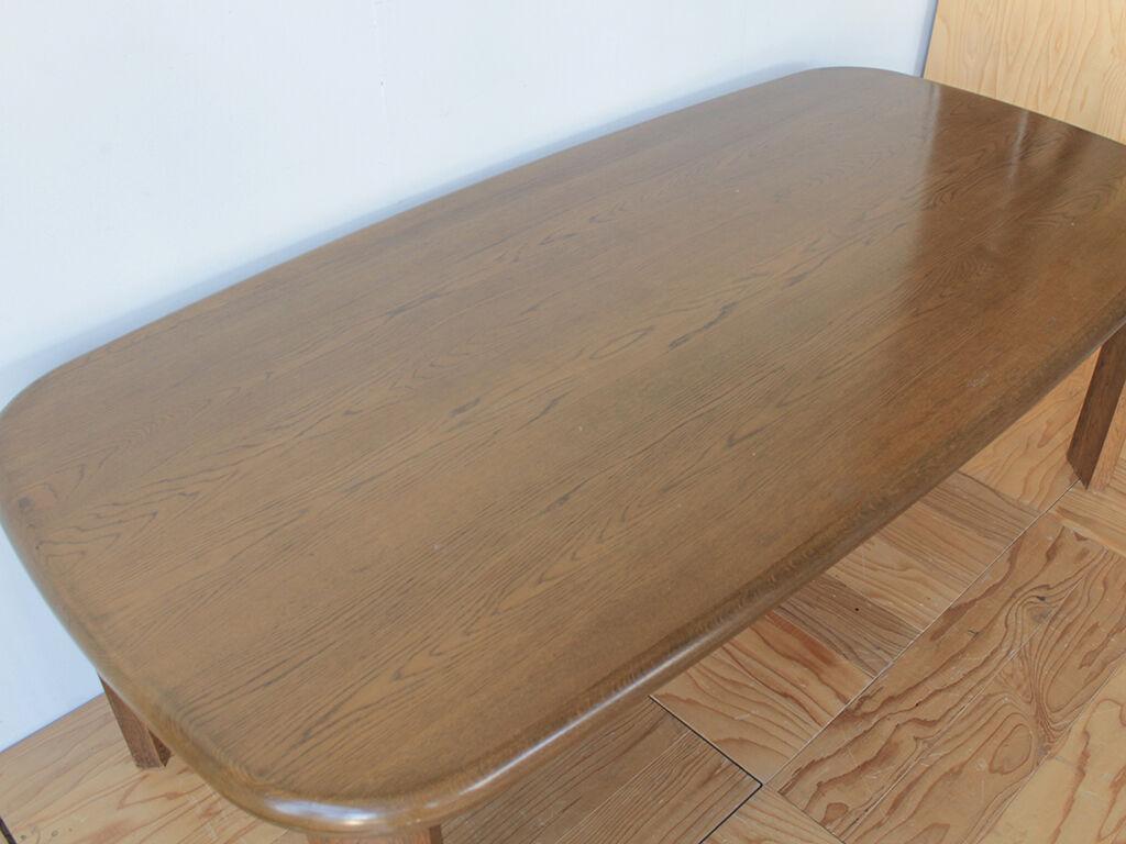 天板の長辺と短辺ともに縁が緩やかなカーブを描いているダイニングテーブル