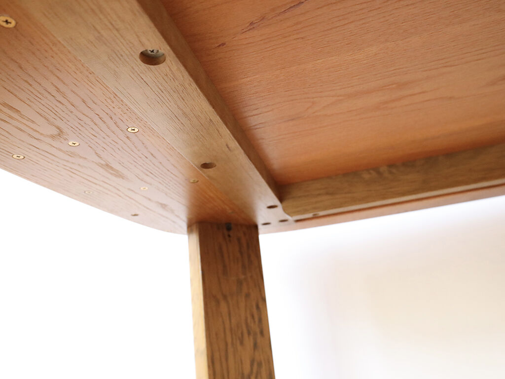 脚間を広く確保しながら天板サイズを最小限小さくするため脚の取り付け位置を外側に
