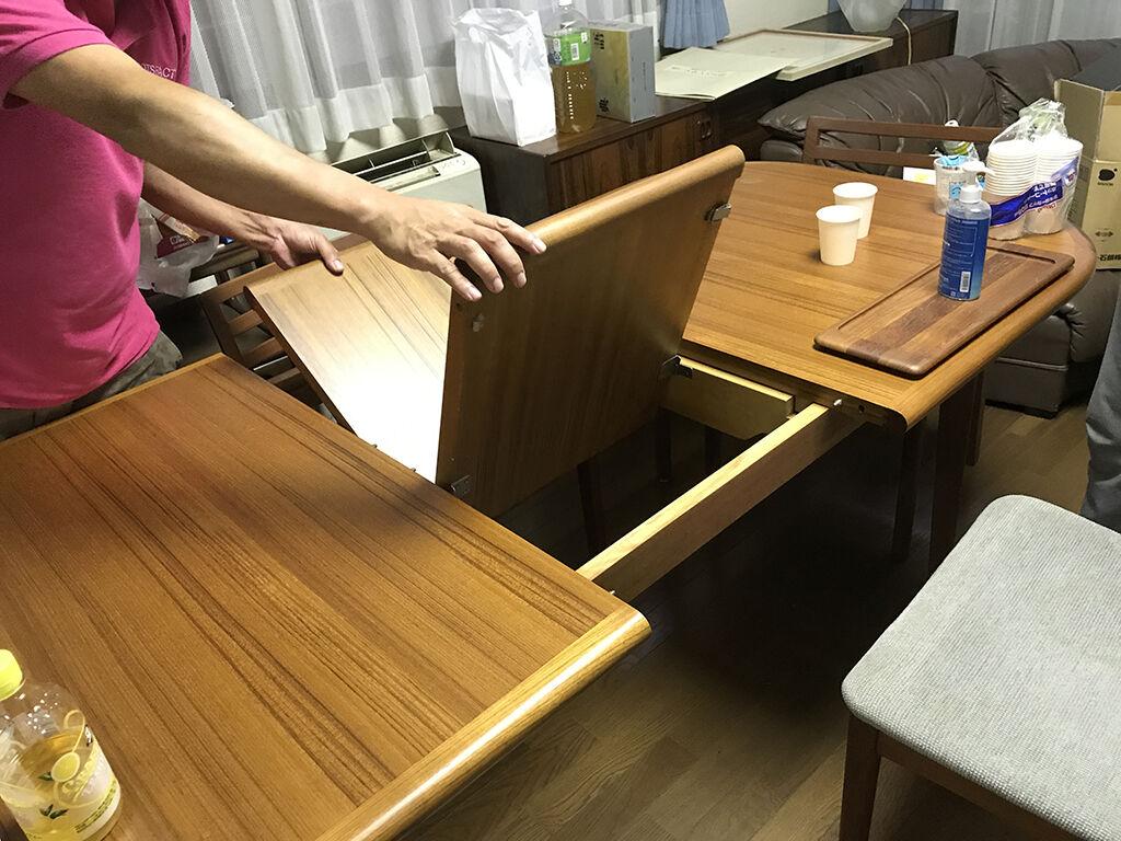 天板をスライドさせて内部から延長用天板を取り出し簡単に伸縮することのできるテーブル