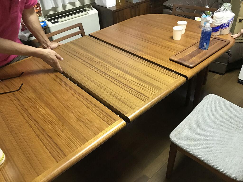 木の経年変化で延長用天板との色味が変わっていたダイニングテーブル