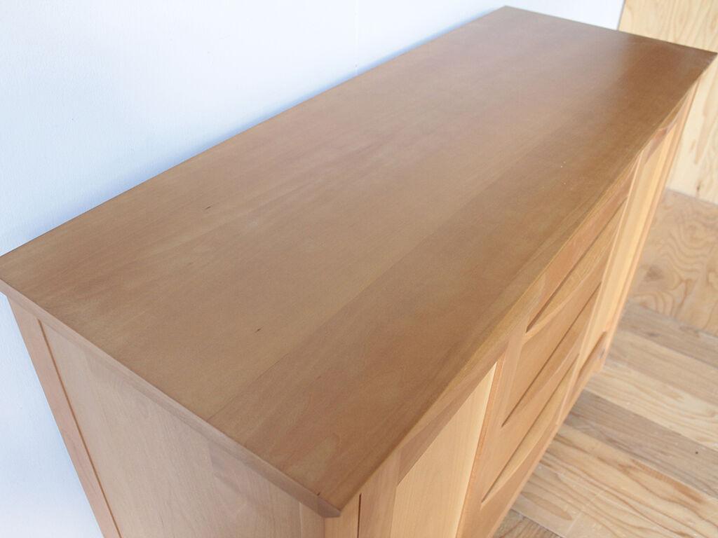 上下が分かれている食器棚の下部に新しく天板を取り付け、単体で使えるようにリメイク