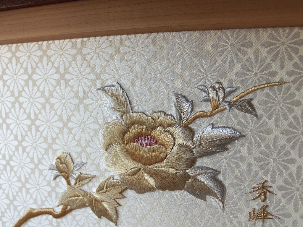 美しい刺繍が施された和タンス内部の引き戸
