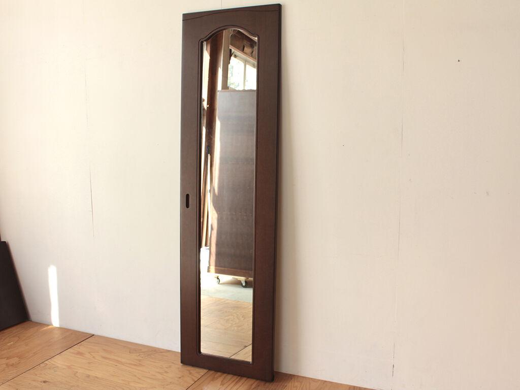 背面に金具を仕込んで壁掛け鏡にリメイクした婚礼タンスの鏡扉