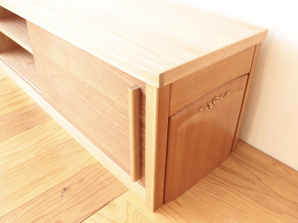 側板に桜材、引き戸にオーク材とウォールナット材を用いたテレビボード