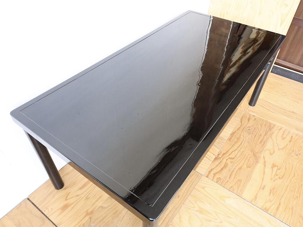 天板の汚れや傷を美装して黒のエナメル塗装をしたテーブル