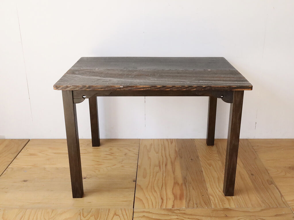 座卓の天板や幕板飾りを生かしてダイニングテーブルにリメイク