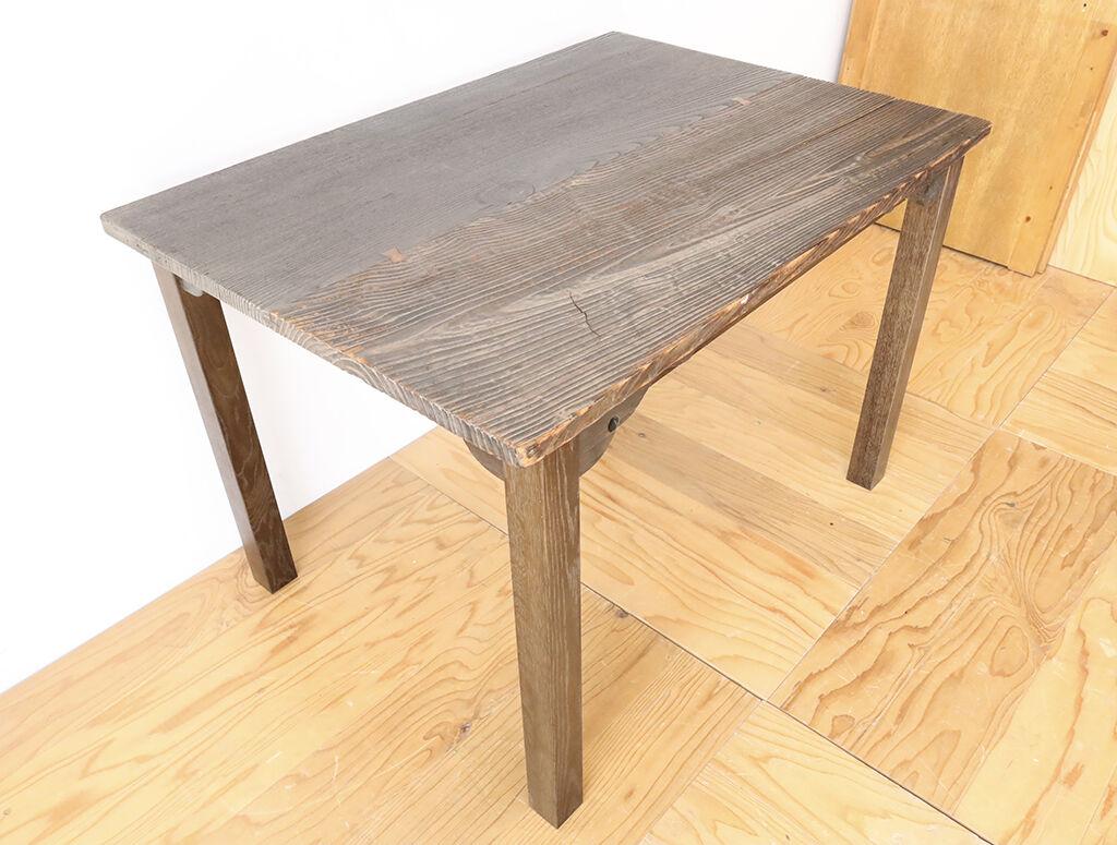 脚を既存より外側に取り付けリメイクしたことでダイニングテーブルとして使いやすく