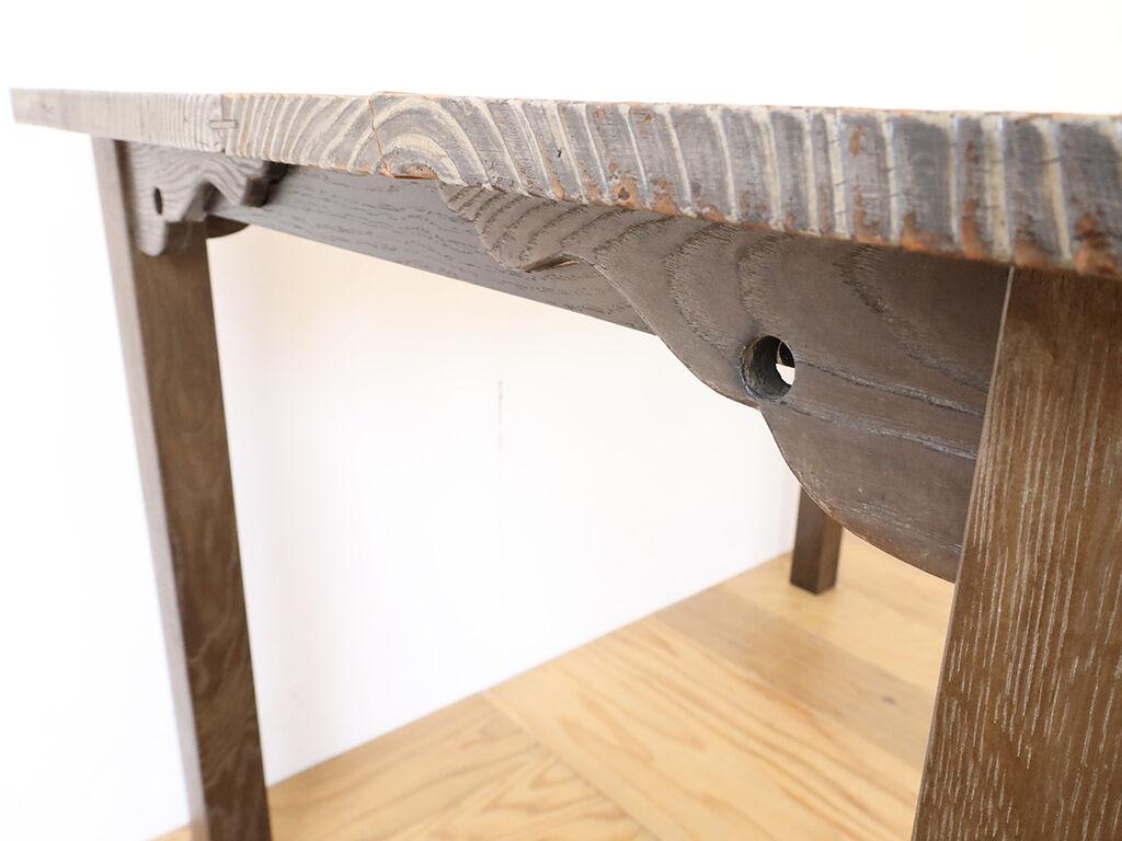 特徴的な幕板飾りを活かしてリメイクしたテーブル