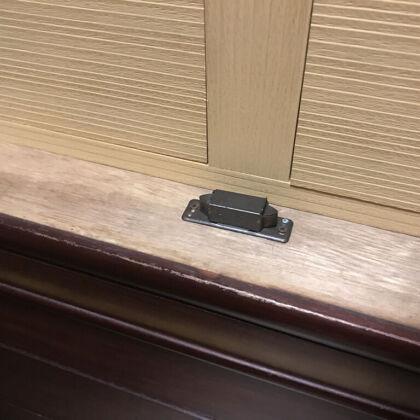 壊れた扉のキャッチ金具を現地で取り替え