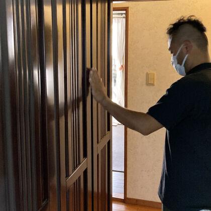 お客様の家具を拝見しながらリメイクのお打ち合わせをする『家具作りたいおっさん』(ルーツファクトリー代表)