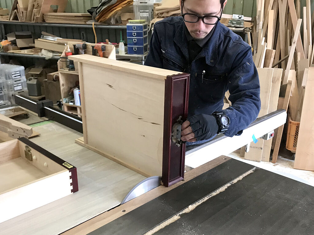 工房に家具をお預かりして作業する家具のリメイク