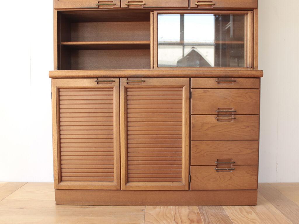 食器棚下部の木製扉と引き出し部分を生かしてデスクにリメイク