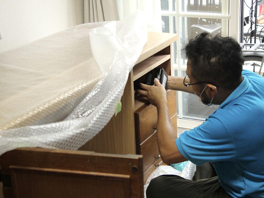 開き扉収納、引き出し収納、天板をユニット式で製作し現地で組み立て