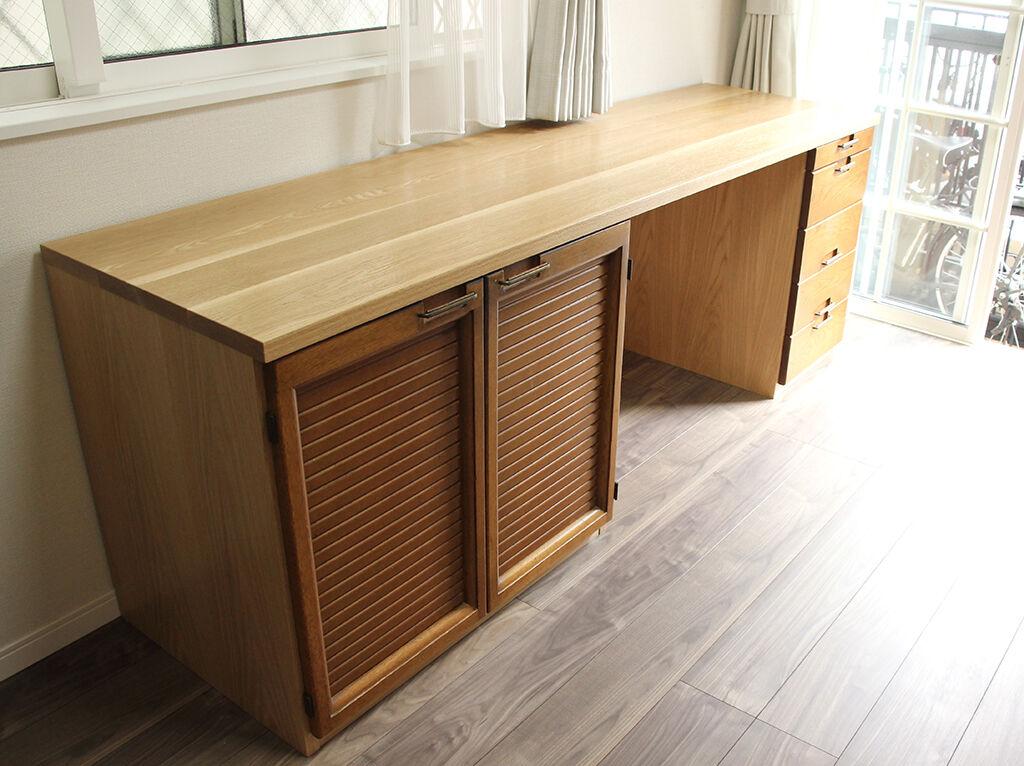 お客様のお部屋に設置完了した食器棚からリメイクしたデスク