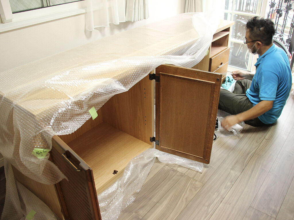 リメイクした家具の搬入・設置作業