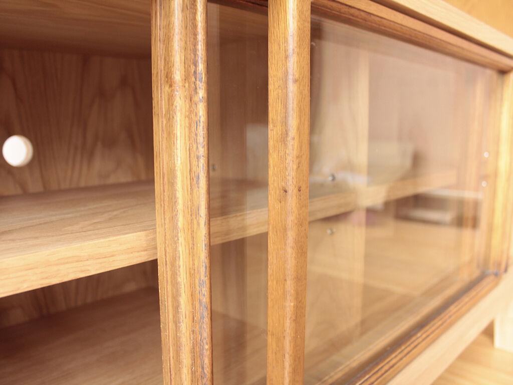 お客様ご家族にしかわからない歴史も詰まっているという食器棚のガラス戸を生かしてテレビ台にリメイク