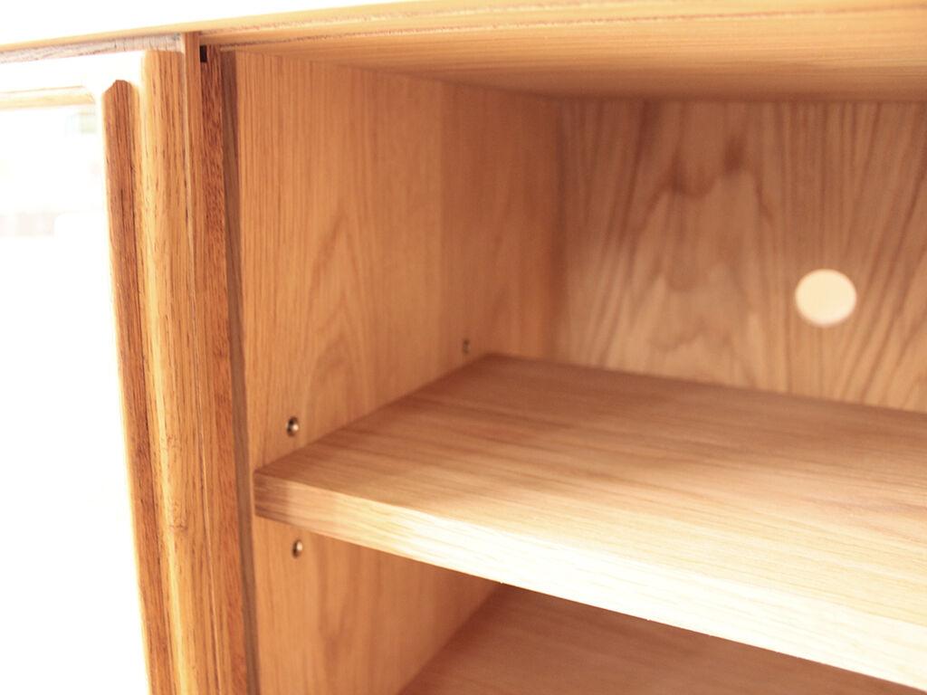 可動式となっており高さ調整可能なテレビ台内部の棚