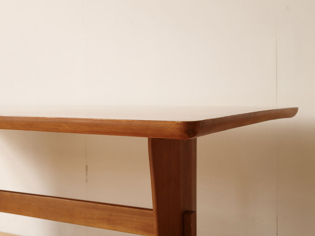 天板の下方が丸み帯びた面取りをされ柔らかな印象のダイニングテーブル