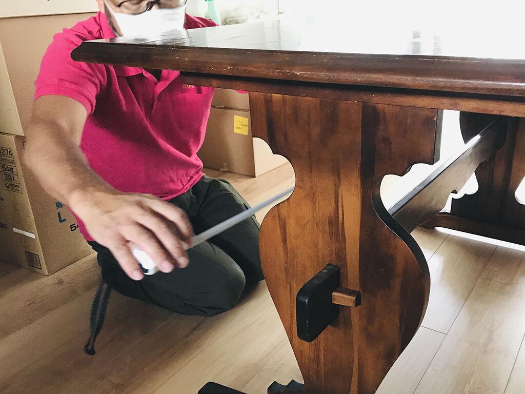 ダイニングテーブルの天板や脚の寸法を測りながらリメイクのご相談