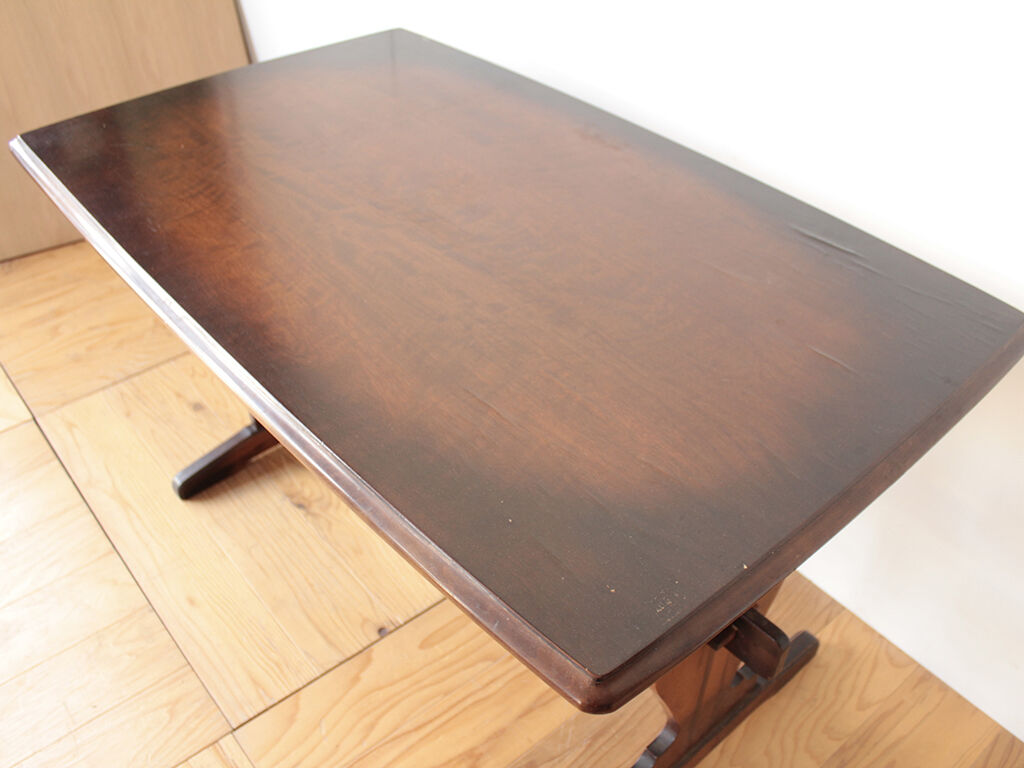 2台のコンソールテーブルのうち1台はダイニングテーブルの天板を生かしもう1台は新たにウォールナット材を用いることに