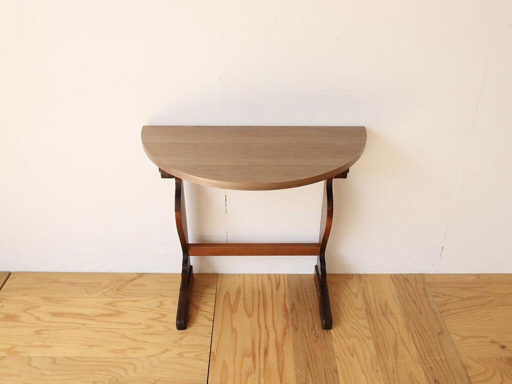 ダイニングテーブルの脚を生かし天板に新たなウォールナット材を用いたコンソールテーブル