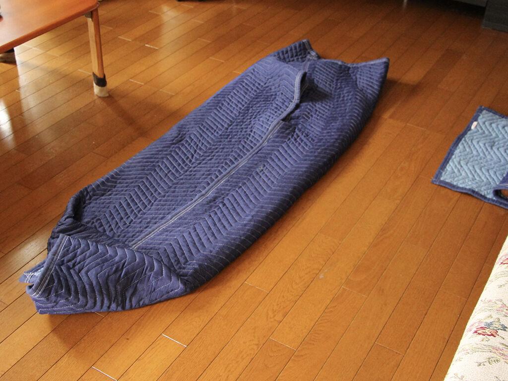 座卓の天板と脚をお客様宅納品時に現地で組み立て