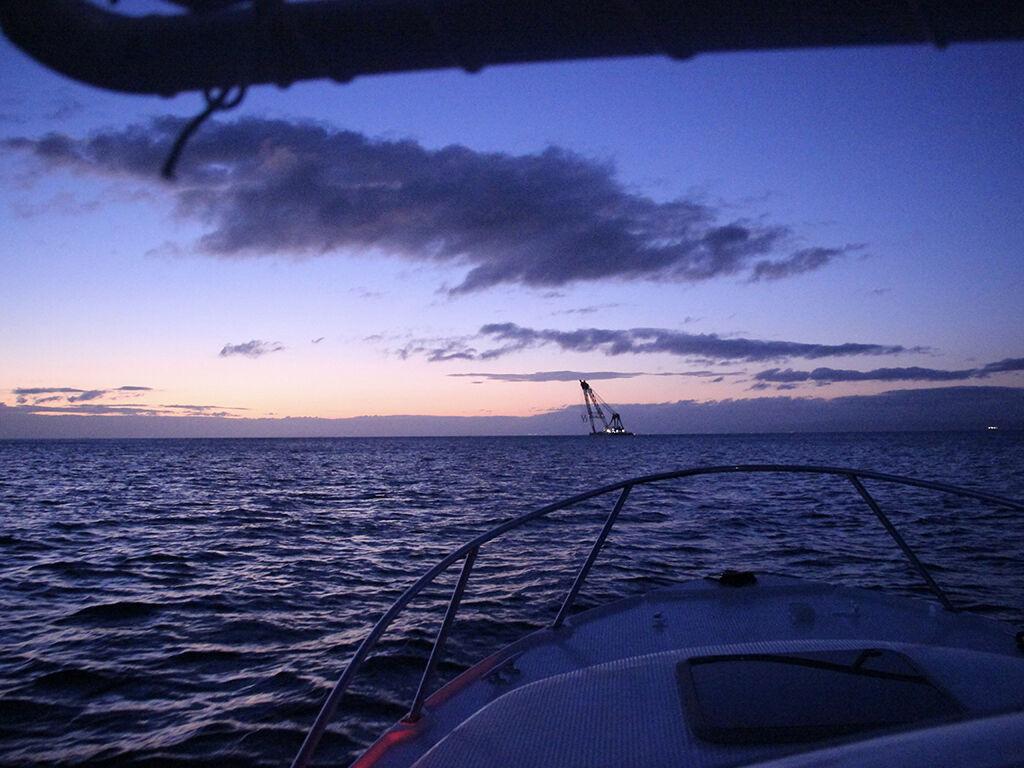 船で沖まで出て見た淡路島の朝焼け