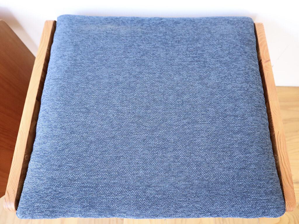 『モンペスツール/マウンテン』の紺色生地を使用したスツール