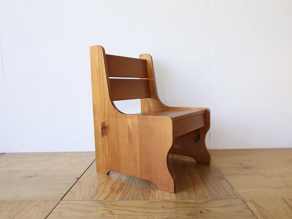 お客様の息子さんのお家で使うことができるようベンチからリメイクした椅子型飾り棚