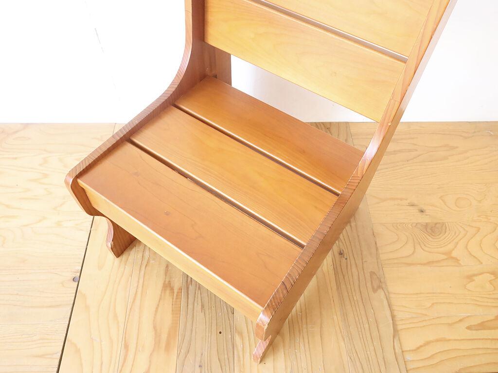 すのこ状の座面にした椅子型飾り棚