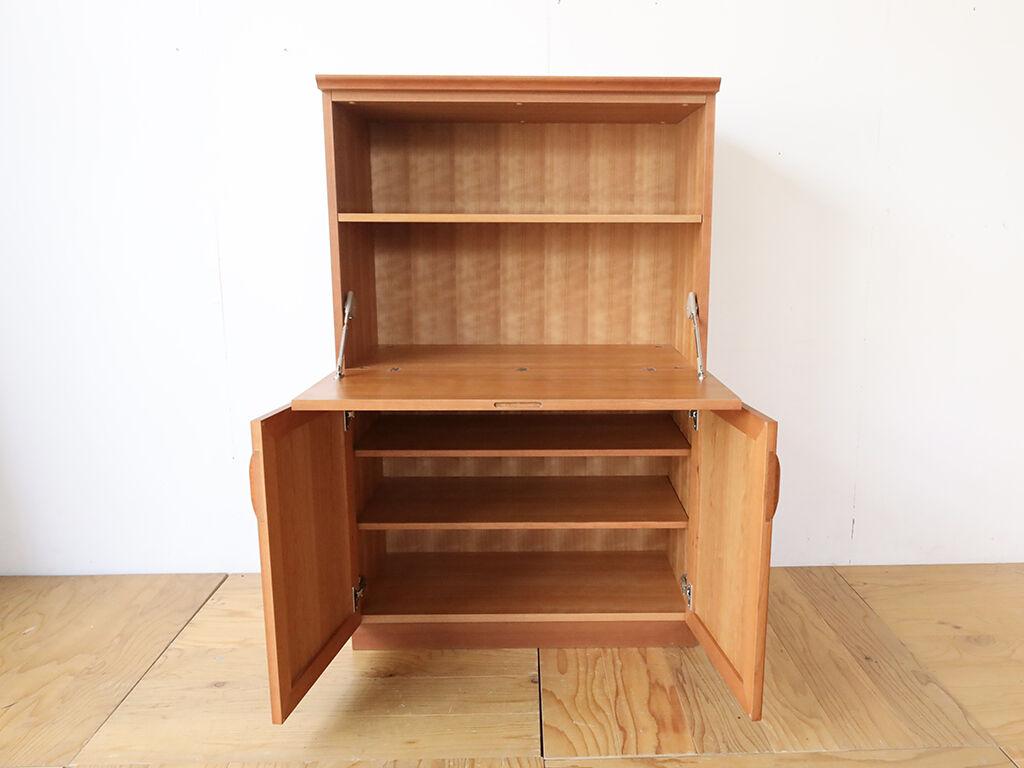 アルバムやA4サイズの書類を収納できる棚