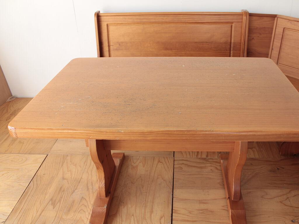 亡くなったワンちゃんとの思い出も詰まっているというパインのダイニングテーブル