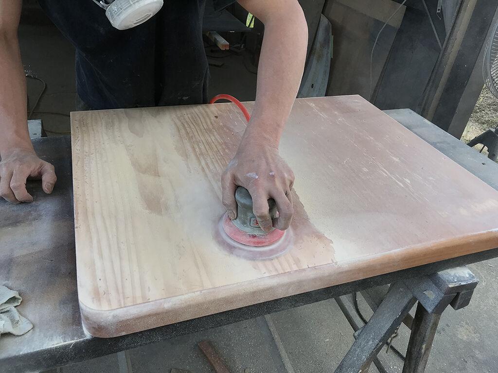 突き板の天板を下地が出てこないよう慎重に磨き上げる