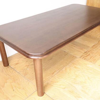 磨きなおし再塗装したテーブル天板に新しく丸脚4本脚を取り付け