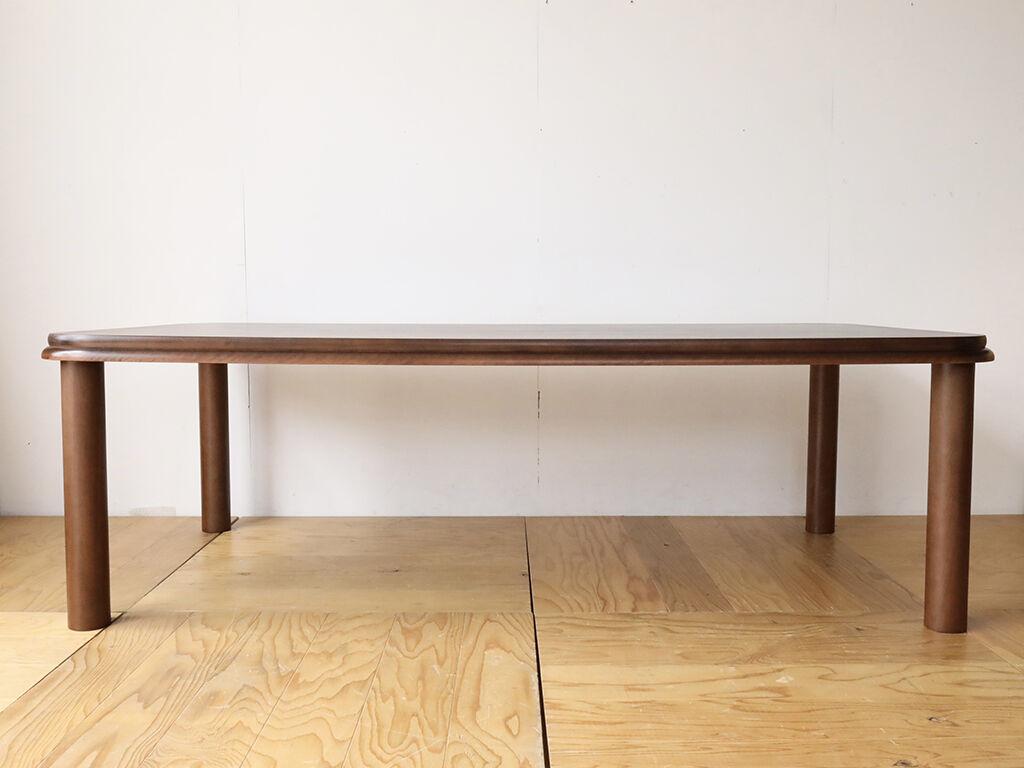 天板裏がスッキリしていてH620と高さが低めでも足元の空間が広々感じられるダイニングテーブル