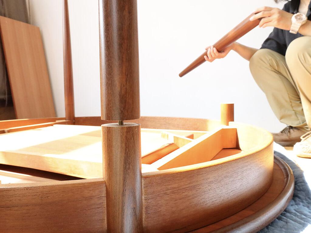 脚をねじ込み式にして分解できるようにリメイクしたアンティークテーブル