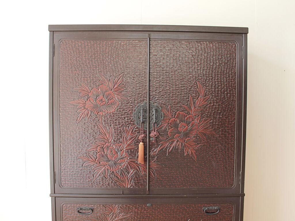 見事な鎌倉彫の和タンスの扉