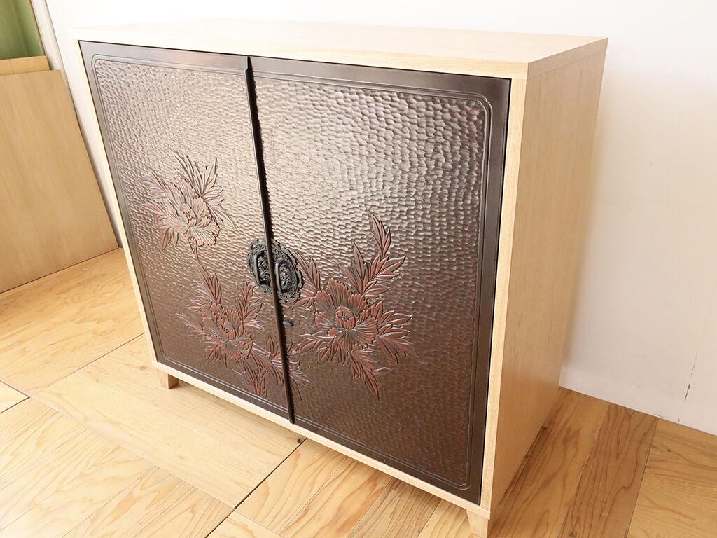 オーク材を使用して新規製作した本体に婚礼家具の和タンスの扉を合わせたキャビネット
