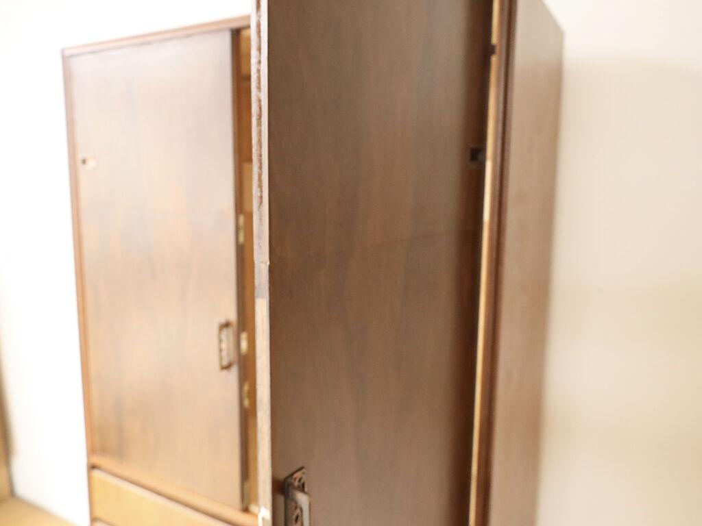 開き扉と引き戸が繋がり一緒に開けるようになったタンス